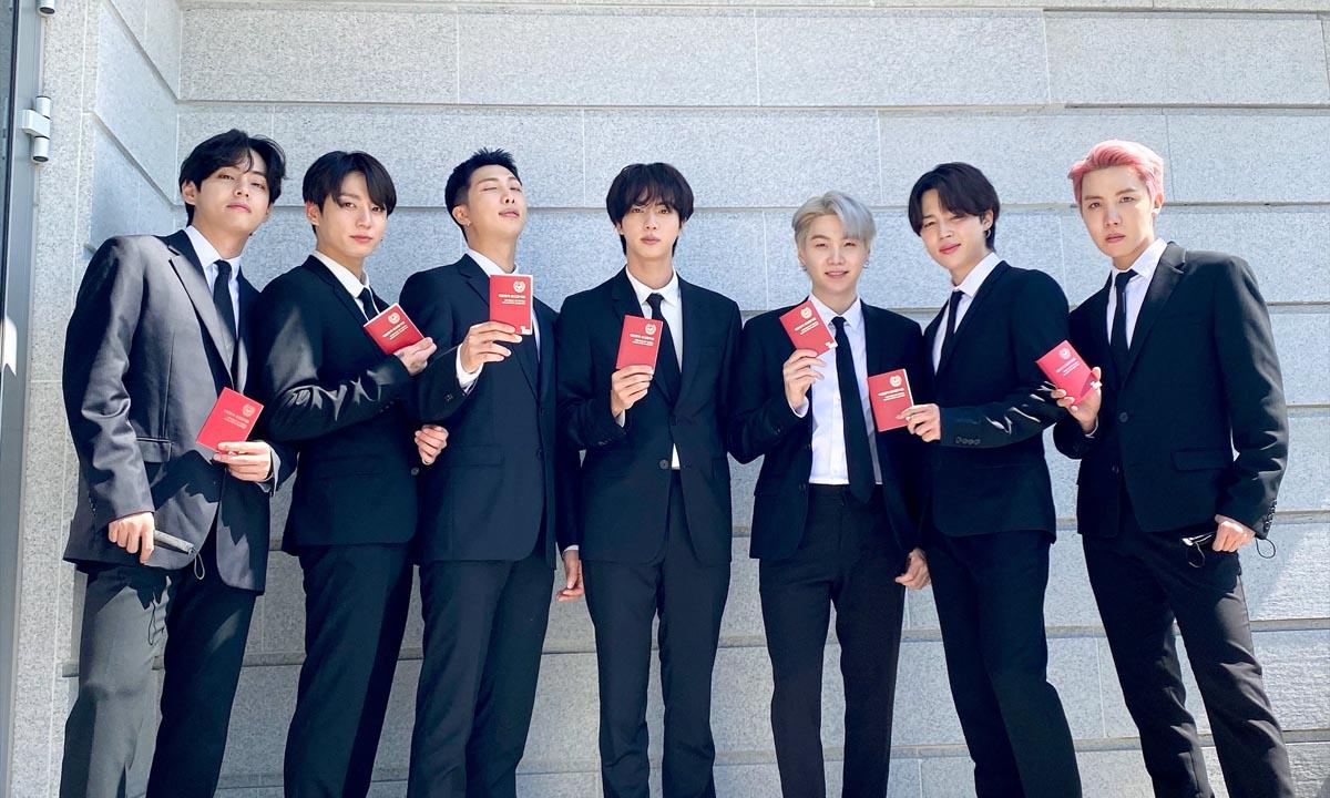 BTS recibe sus pasaportes diplomáticos para su viaje a la ONU